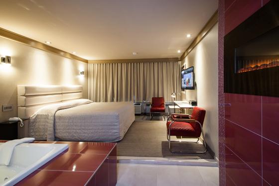 Hotel chambre avec miroir au plafond finest photo numero for Miroir au plafond